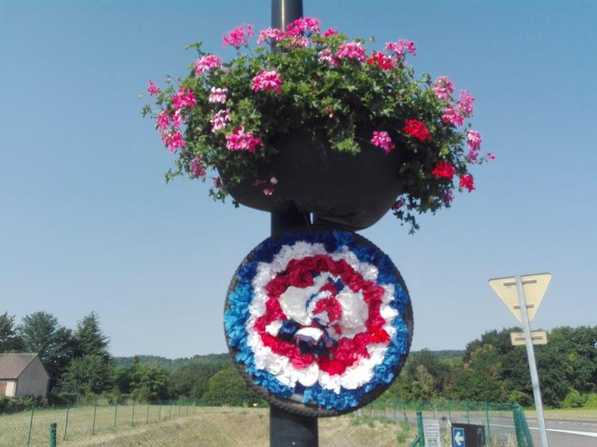 Les 3 000 fleurs ont été assemblées sur des roues de vélo pour orner les candélabres de la commune