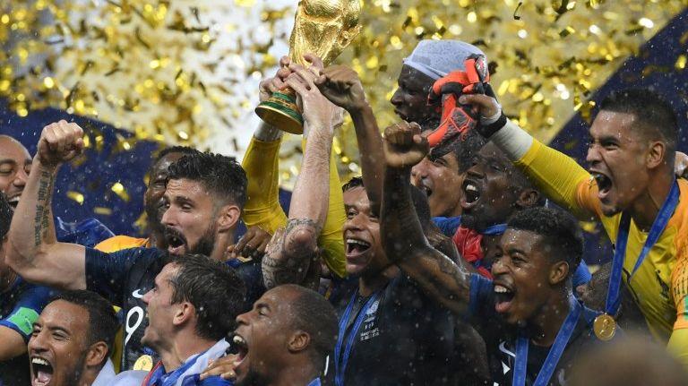 Les Bleus soulèvent la Coupe du monde de football après leur victoire face à la Croatie (4-2) le 15 juillet 2018 à Moscou en Russie.