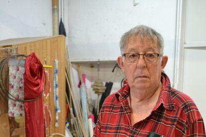 Claude Viallat, peintre dans son atelier.