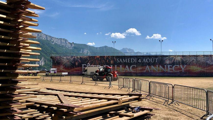 Samedi, Annecy accueillera une nouvelle édition de sa Fête du Lac. Plus de 100 000 spectateurs assisteront à ce spectacle pyrotechnique de 80 minutes.
