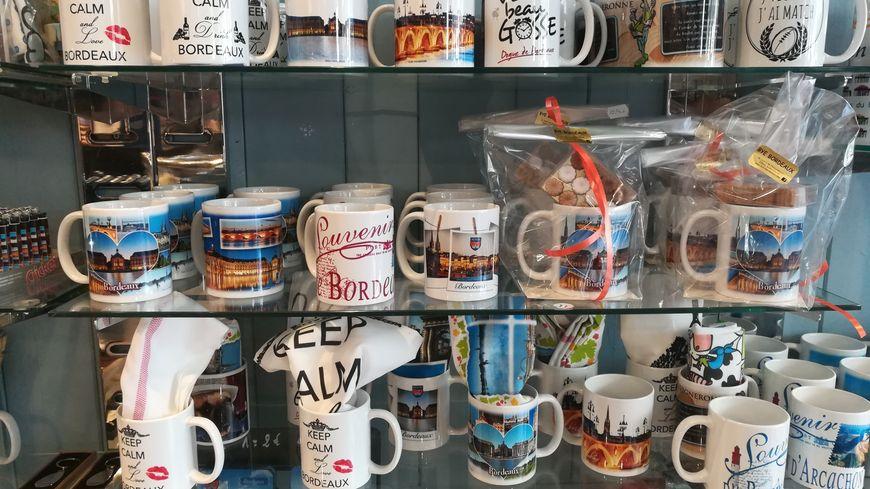 """Les mugs """"Bordeaux"""" restent des articles populaires auprès des touristes, avec notamment les magnets et les boules à neige."""