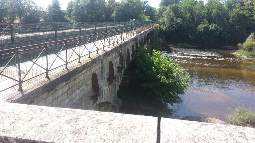 L'un des plus beaux sites du canal de Berry à vélo, le pont canal de la Tranchasse, classé monument historique, fait l'objet d'aménagements temporaires pour le moment. - Radio France