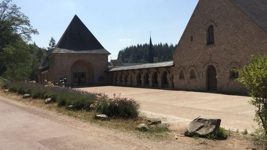 L'abbaye de la Pierre qui vire est nichée au milieu des bois, près du village de Saint-Léger-Vauban.