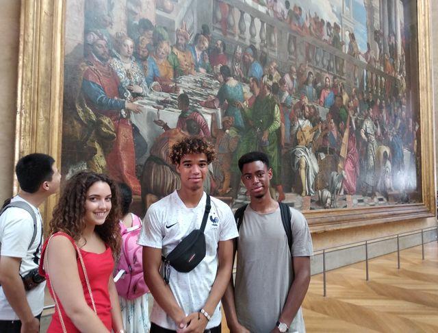 Michel et ses deux amis sont venus de Bruxelles pour admirer Les Noces de Cana et les autres œuvres présentes dans le clip.