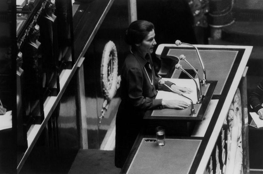 Simone Veil, ministre de la santé, prononçant son discours sur le projet de loi en faveur de l'avortement, à la tribune de l'assemblée nationale, à Paris en France, le 26 novembre 1974.