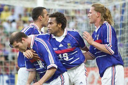 Christian Karembeu et Emmanuel Petit félicitent Zinedine Zidane après avoir marqué le premier but de son équipe le 12 juillet au Stade de France à Saint-Denis, lors du dernier match de la Coupe du monde 98