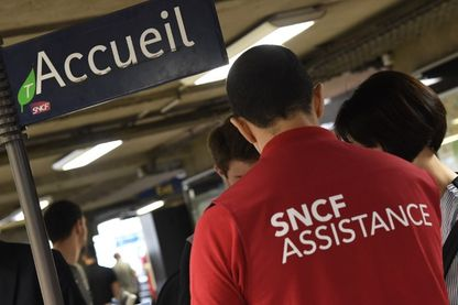 Un opérateur SNCF informe les clients de la gare Montparnasse à Paris le 28 juillet 2018
