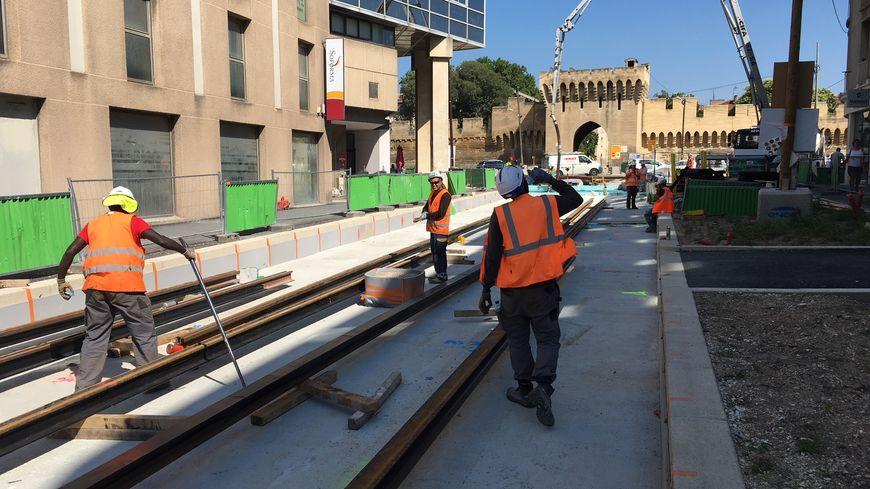 Sur le chantier du tram, avenue Saint-Ruf à Avignon