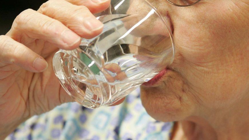 Face à la chaleur, les maisons de retraite encouragent leurs résidents à s'hydrater régulièrement (photo d'illustration)