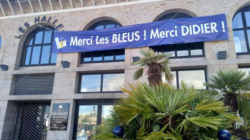 Les halles de Concarneau et la grande banderole en hommage aux bleus
