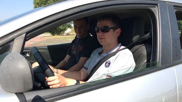 Yannick, non-voyant au volant d'une voiture auto-école
