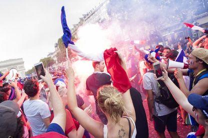 Supporters de l'équipe de France réunis en masse sur les Champs Elysées le soir de la finale de la Coupe du monde de football 2018