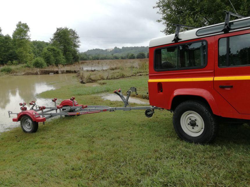 A la sortie de Saint-Pierre-d'Irube, les pompiers interviennent avec leur zodiac dans un champ inondé pour retrouver 150 brebis. Peine perdue