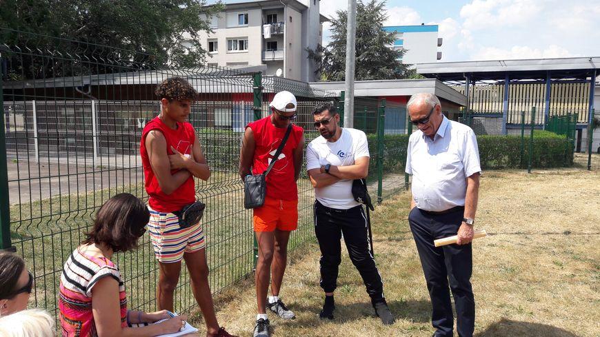 Les jeunes en insertion au bassin d'été du quartier de la Bitola, avec le maire d'Epinal; Michel Heinrich