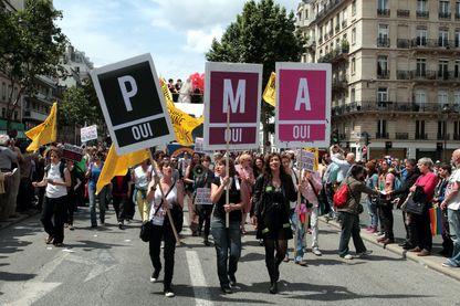 Pendant la Gaypride de 2013, une banderole sur la procréation médicalement assistée