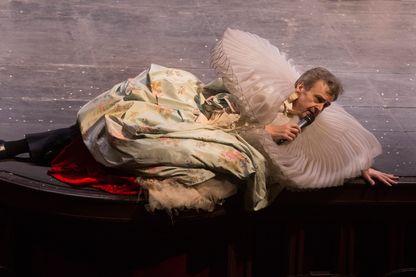 Serge Bagdassarian de la Comédie-Française interprète dans la salle Richelieu la pièce de théâtre 'La règle du jeu' d'après Jean Renoir, mise en scène de Christiane Jatahy, le 2 février 2017, Paris.