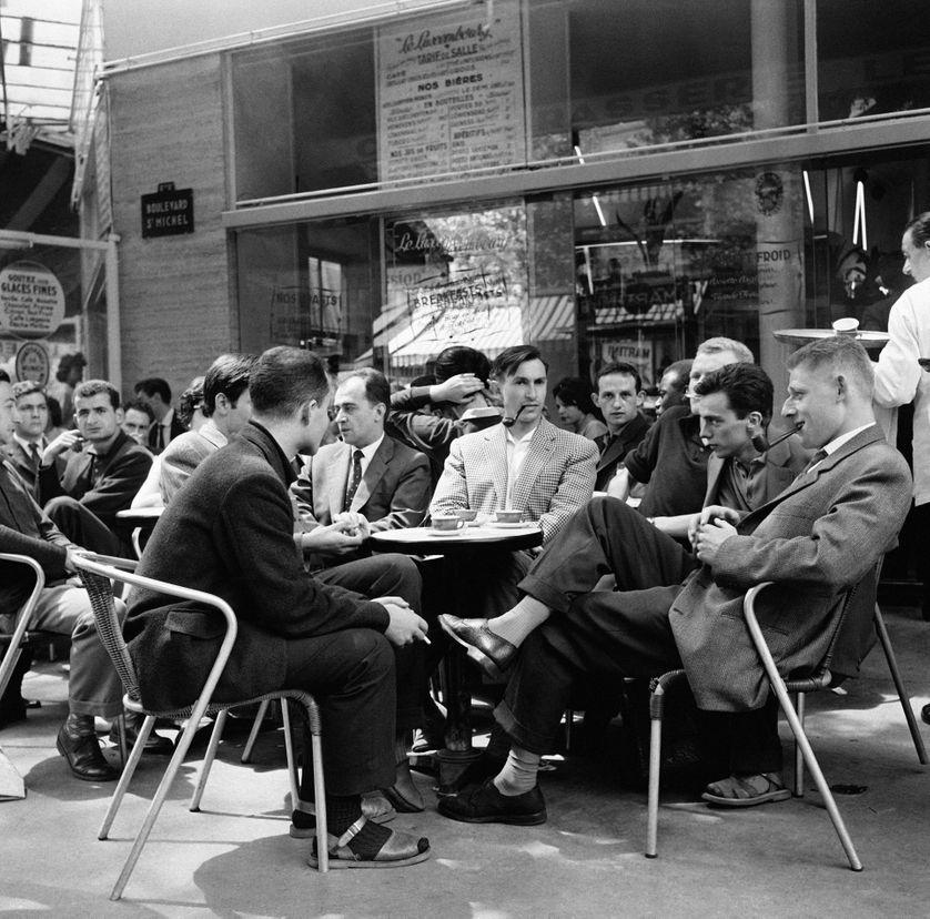 Etudiants à une terrasse de café boulevard Saint-Michel à Paris, France en 1960
