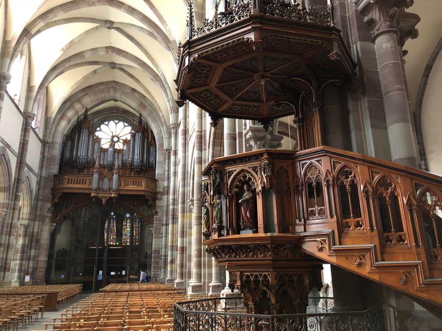 La chaire et l'orgue de l'église