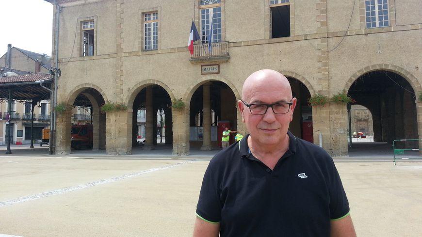 Jean-Pierre Grasset, maire de Trie-sur-Baïse, sur la place rénovée, qui sera inaugurée pour le départ du Tour de France.