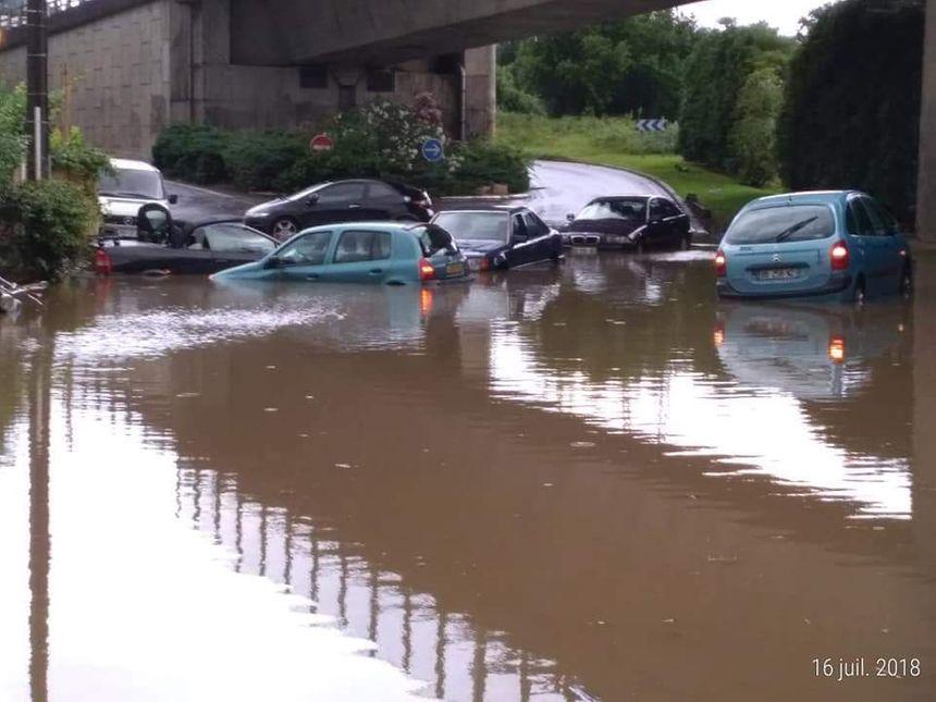 Des voitures piégées par les eaux sous le viaduc de la Négresse à Biarritz