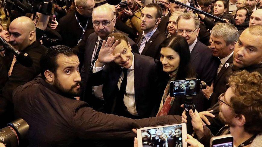 Alexandre Benalla (à gauche) avait accompagné Emmanuel Macron au salon de l'Agriculture en 2017.