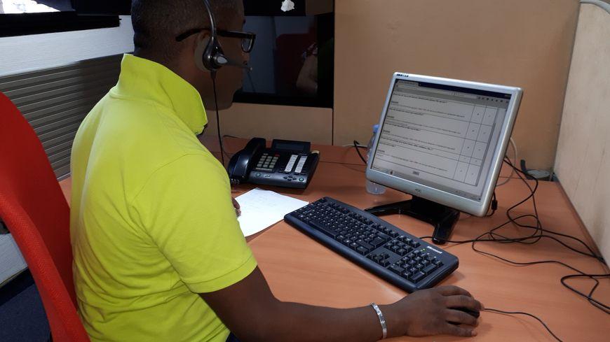 Cinquante opérateurs de la plateforme téléphonique appellent les 8.000 personnes âgées inscrites sur le fichier Chalex