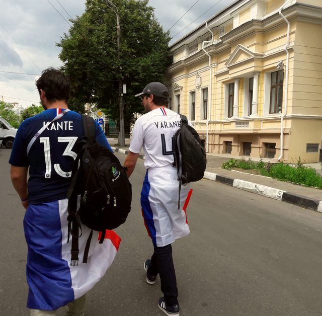 Dans les rues de Saint-Pétersbourg, les supporters français sont bien équipés, drapeaux à gogo, maillot sur le dos