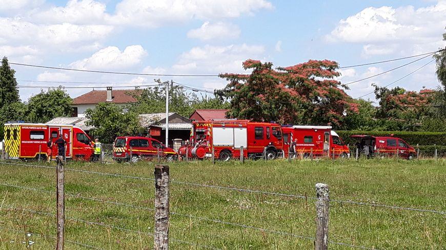 De nombreux véhicules de gendarmes et de pompiers ont pris place dans le hameau
