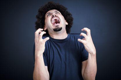Un homme qui crie, hystérique.