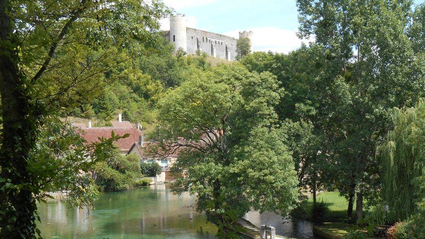 Le château de Druyes veille sur les sources