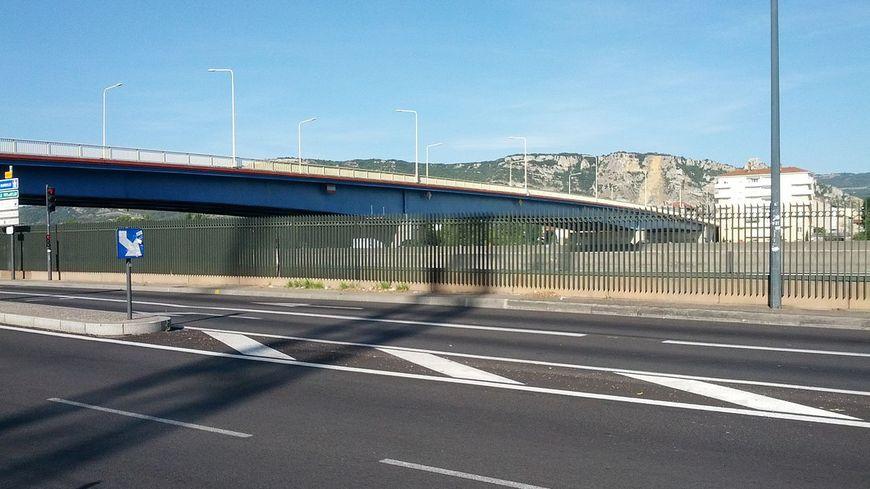 Le pont Mistral enjambe l'A7 et le Rhône. L'homme s'est suicidé en sautant du pont.