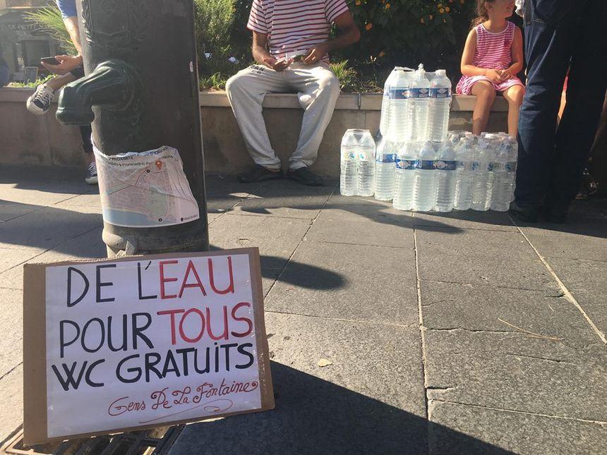 Par solidarité, des riverains apportent des bouteilles d'eau