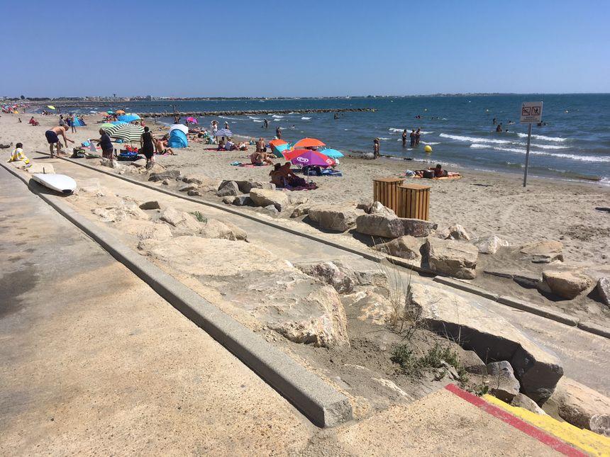 Une plan incliné permet d'accéder à la plage - Radio France