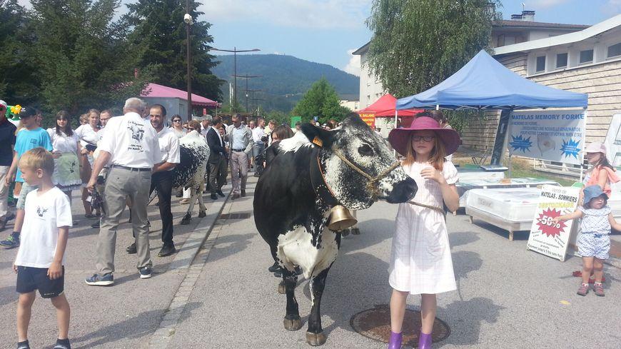 Le défilé des Vosgiennes pendant la foire à Saulxures-sur-Moselotte.