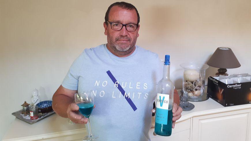 René Le Bail  présente son vin bleu