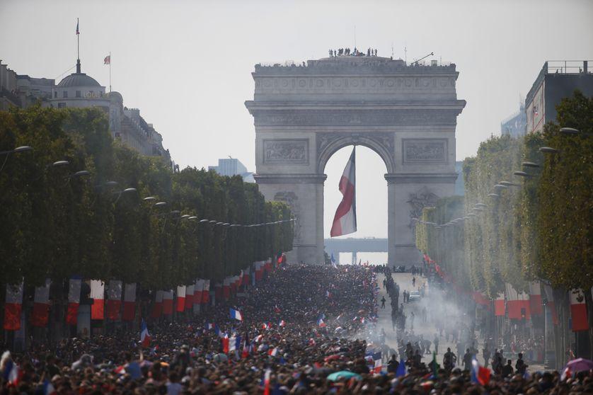 La foule sur les Champs-Elysées pour accueillir les champions du monde