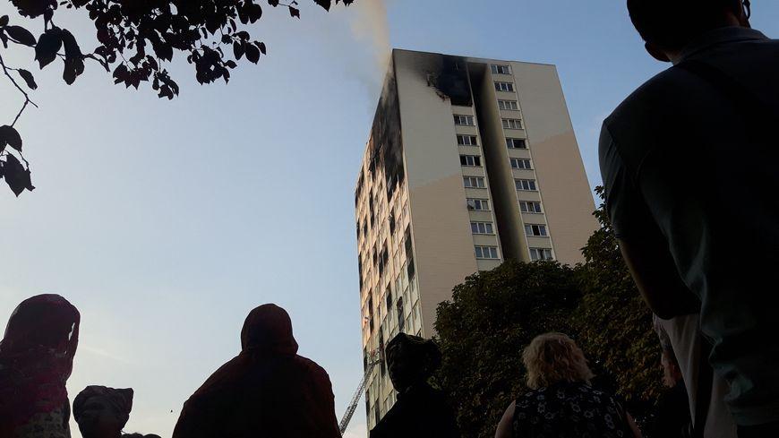 Une mère de famille et trois de ses enfants ont été retrouvés morts au 17ème étage de l'immeuble touché par un incendie
