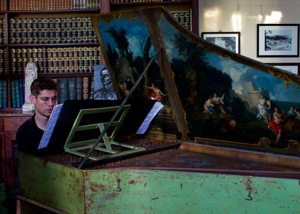 Paolo Zanzu joue l'une des 555 sonates de Domenico Scarlatti/ pour l'enregistrement de l'intégrale des sonates par France Musique