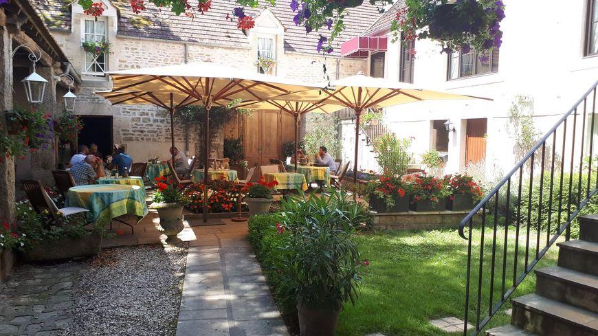 C'est dans une très jolie cour fleurie que l'on peut manger en terrasse à l'auberge du Pot d'étain, à l'Isle-sur-Serein.