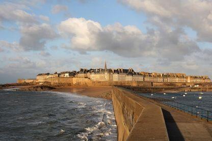 Vue sur la ville de Saint-Malo, jetée de la plage du Mole