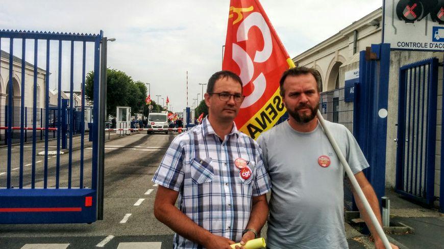 Une centaine d'ouvriers d'Etat a manifesté ce mardi matin devant l'entrée de Naval Group à Cherbourg.