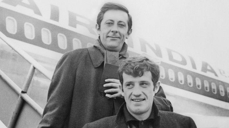 Jean-Paul Belmondo et Jean Rochefort le 07 janvier 1965 juste avant d'embarquer pour Hong-Kong.
