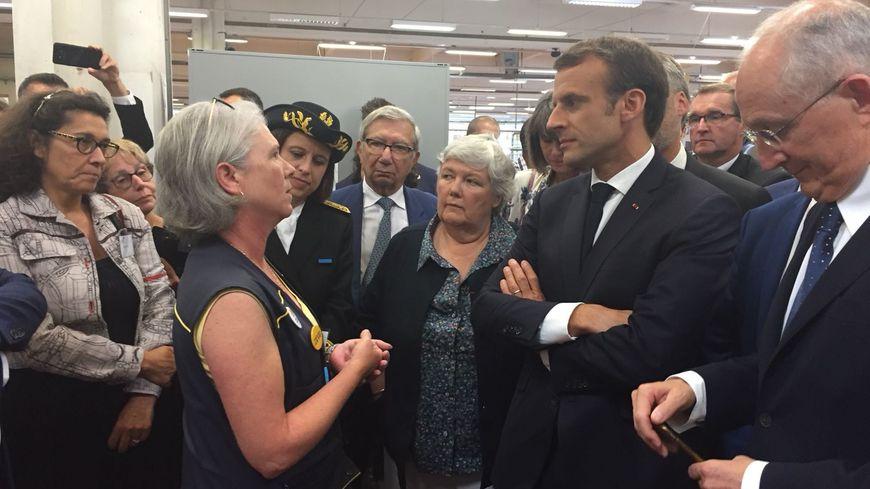 Emmanuel Macron dans le centre de tri postal de Marsac-sur-L'Isle ce jeudi matin.