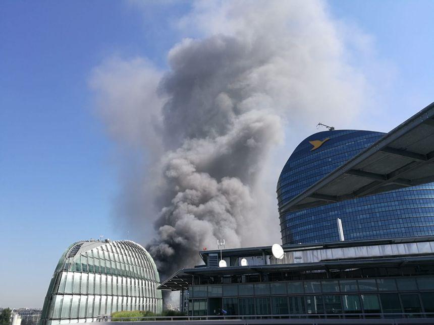 L'incendie de ce site électrique de RTE a dégagé une épaisse colonne de fumée.