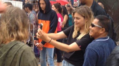 Louane a pris le temps de selfies et autographes pour ses fans