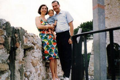 Photo non datée donnée par Elisabeth Borrel, épouse du juge français Bernard Borrel les montrant avec leur enfant.