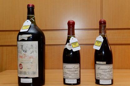 Trois bouteilles de vin utilisées comme preuve dans le procès du marchand de vin Rudy Kurniawan exposées à la Cour fédérale le 19 décembre 2013 à New York.