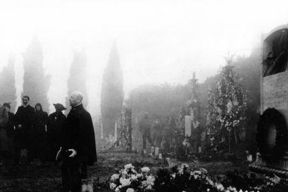 Le poète et écrivain italien Gabriele D'Annunzio commémore dans le cimetière de Rjieka ceux qui sont morts pour la cause de Fiume (Rjieka). Rijeka, janvier 1921
