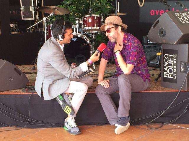Arthur H dans le studio du Club estival aux Francofolies de la Rochelle en compagnie d'Emmanuel Khérad
