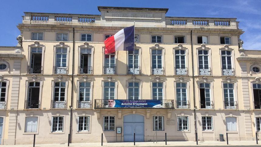 La mairie de Mâcon, en Saône-et-Loire, avec une banderole à l'effigie.